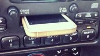 若者iPhoneをカセットデッキの挿入口につっこみドックが壊れているとなげく